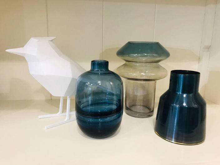 Blaue Vasen in unterschiedlichsten Formen